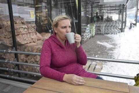 GNIERFRU: Isabell Gravdal står bak sparebloggen «Gnierfru». Her skeier hun ut med en kopp kaffe på Gjennestad – riktignok med gratis påfyll.foto: erik Andreassen