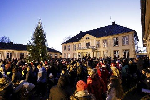 Lys: Julenissene delte ut pakker, korpset spilte og treet ble tent, før det var klart for den tradisjonelle gangen rundt treet. foto: Christine nevervik