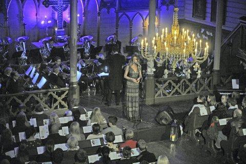 Solist: Ingebjørg Bratland var solist under Bamble Musikkorps julekonsert som hadde fått navnet «Englesang og brassklang». Foto: hanna hekkelstrand