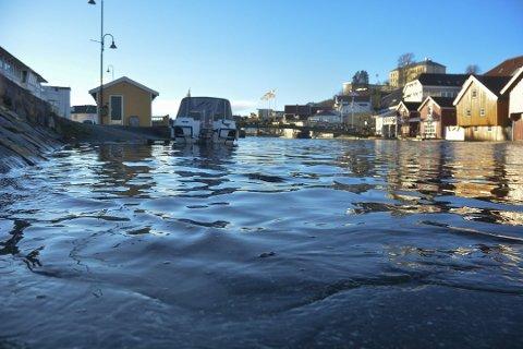 STILLE FØR STORMEN: Vannet i Blindtarmen i Kragerø fortsatte å stige julaften.