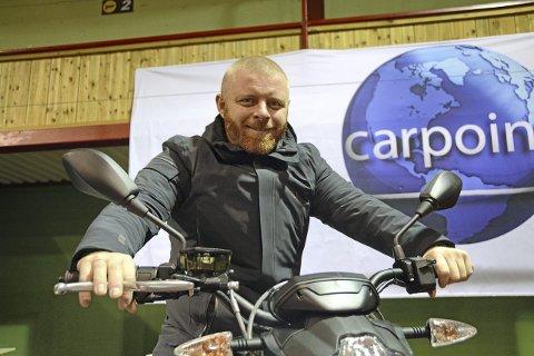 KLAR: Slik kan Jon Atle Johnsen være klar til Bypakke Grenland, han vurderer å kjøpe den elektriske motorsykkelen Zero. Foto: Roar Hushagen