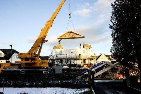 REAGERER: Fellesforbundet ved Arne Hagen reagerer på det som kan se ut som manglende sikring på denne byggeplassen i Skien. Foto: Fredrik Strøm