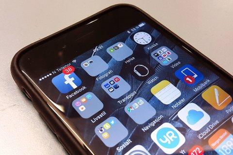 FACEBOOK: Facebook-appen er en av de mest brukte på vår iPhone. Den kan samtidig bruke opp så mye som halvparten av batteriet. Foto: Lars Wærstad