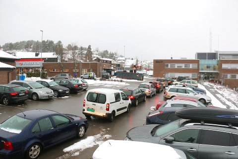 Køen utenfor Burger King på Myren. Til høyre ligger politihuset. FOTO: Theo Aasland Valen