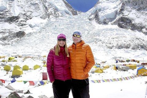 Skal tilbake: Det er livet i fjellet, og boblen man lever i der, som frister Tone Gravir og Leif Harald Bergseth til å gjøre et nytt forsøk på å nå toppen av verdens høyeste fjell. Her er de på vei opp til 8848 m.o.h i fjor. foto: privat