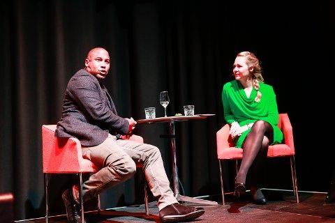 MØTTE FANSEN: John Barnes på scenen sammen med forfatter Ragnhild Lund Ansnes. FOTO: CHRISTINE NEVERVIK