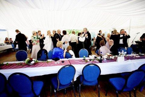 Selv om det er lov å ha det gøy på bryllupsfesten, glem ikke at du som gjest har en viktig rolle. (Foto: Stian Lysberg Solum)