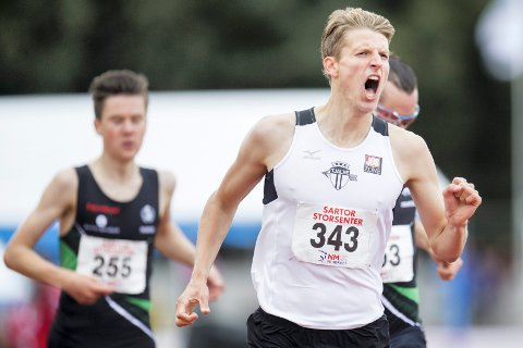 Snorre Holtan Løken vinner 1500m for menn foran brødrene Henrik og Jakob Ingebrigtsen under NM i friidrett i Ravnanger Idrettspark på Askøy. (NTB scanpix)