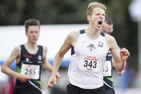 NORGESMESTER: Snorre Holtan Løken leverte en fantastisk avslutning på sin 1500 meter og hentet igjen OL-klare Henrik Ingebrigtsen på oppløpet. Foto: Jon Olav Nesvold / NTB scanpix