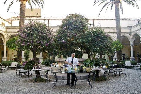 Baren på gårdsplassen til Hotel San Domenico i Taormina er en luksuriøs oase. FOTO: Annika Goldhammer/TT /