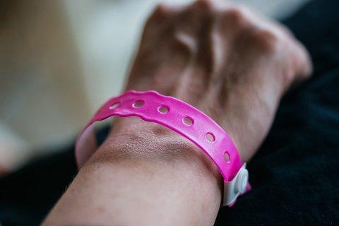 PÅ FESTIVAL: Et slikt armbånd er ofte billettbeviset på festivaler. (Foto: Colourbox)