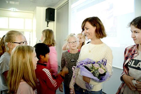 STJERNE: Linn-Jeanethe Kyed ble mottatt som en stjerne og måtte skrive en rekke autografer. Foto: Roar Hushagen