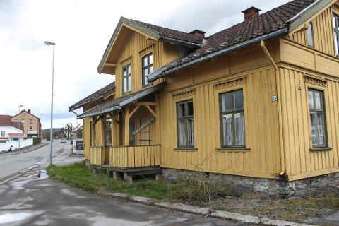 KRONESALG: Det gule huset i Drangedalsveien 13 har ikke vært bebodd på over 30 år, men er vernet og kan ikke rives.