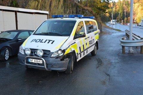 Det ble noe materielle skader på politibilen etter sammenstøtet, torsdag morgen. Foto: Per Eckholdt.