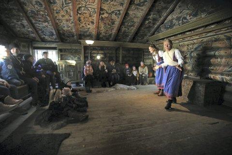 Eventyr: Det spennende eventyret om Askeladden som kappåt med trollet ble fortalt, med innlevelse og entusiasme. Foto: Hanna hekkelstrand