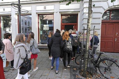 KØ: Mange sto utenfor butikken allerede et kvarter før det åpnet.