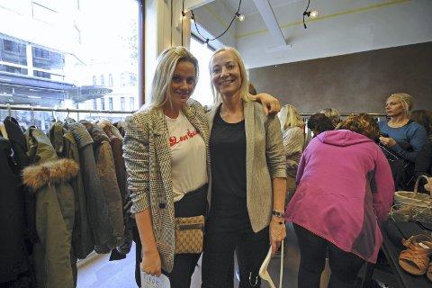 Solgte klær: Solveig Thorarinsdottir og Kristin Rian hadde ryddet i skapet og solgte klær.