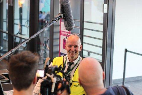 INNBLIKK: I femte episode av «Livet på Torp» møter vi salgs- og servicemedarbeider Leif Arild Jensen mens han jobber ved utenlandsterminalen på Torp flyplass. Foto: Joakim Teveldal