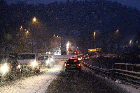 Tett trafikk over Kulltangbrua i Porsgrunn, tidlig tirsdag morgen.