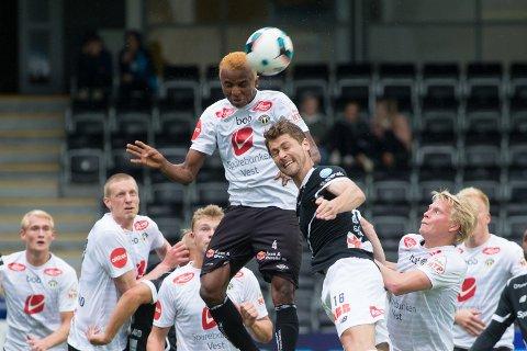 SPENSTIG: Her svever Chidiebere Nwakali høyt over Odds Fredrik Semb. Midtbanespilleren eies av Manchester City og skal være til salgs. Foto: Christian Blom / NTB scanpix