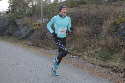 LØYPEREKORD: Rune Solli fra Sundby og Heistad fysioterapi vant en klar seier i det 7,5 kilometer lange Brotorvetløpet – på ny løyperekord (23.33). Totalt 140 deltakere stilte til start på de to distansene i det flotte gateløpet, som arrangeres på Stathelle.ALLE FOTO: MONA OG TERJE BAKKE