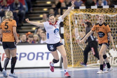 JUBLET: Emilie Hegh Arntzen og Norge er klare for VM-finale. Foto: NTB Scanpix