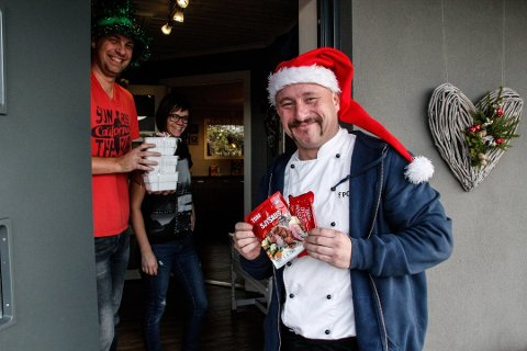 POSESAUS: Kokken, Haakon Selmer-Olsen var ikke enig i at Toros reklame for deres sjysaus. Han lovte å levere gratis hjemmelaga ribbesaus til folk som slet å lage saus selv. Han holdt ord, og på lørdag fikk 281 haldensere ribbesaus til jul. Her sammen med familien Hagberg som ga Selmer-Olsen Toro sjysaus til julegave.