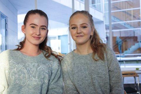 """AVHENGIGE: Både Thea Noreng (15) (t.v) og Sarah Svelland (15) mener de er avhengige av å opprettholde """"streaken"""" på Snapchat. De to har 461 dager seg i mellom. Foto: Thea Natalie Svendsen"""
