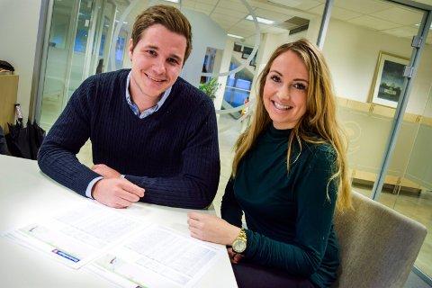 GODE DAGER: Bård Øyane og Carina Myhre hos Eiendomsmegler1 forteller om hett marked om dagen.