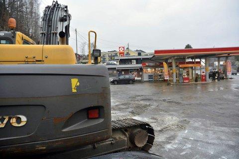 ANLEGGSSTART: En gravemaskin står klar for å starte arbeidet med å bytte drivstofftanker hos Circle K på Kalstad.
