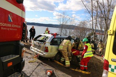 BRANN OG AMK: Ambulanselærlinger og andre i sving under øvelsen i Porsgrunn.