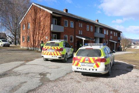 AKSJON: Like etter meldingen om knivranet, gikk politiet inn i en leilighet i Odinsgate.