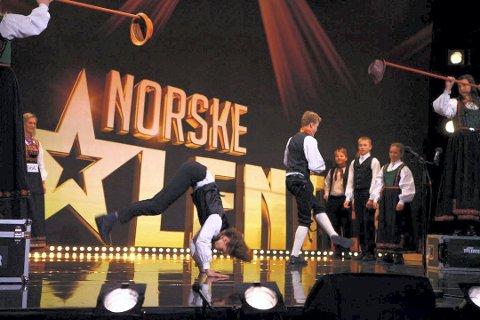 Tinndølan i aksjon på scenen.