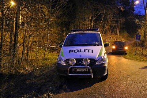 SPERRET: Politibil parkert ved området der overfallet skal ha skjedd. Det er satt opp sperring på stedet.