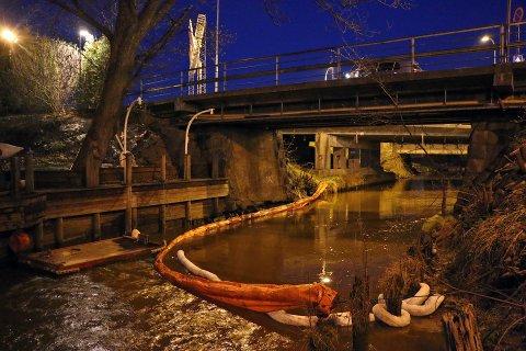Det er lagt ut oljelenser i elva.