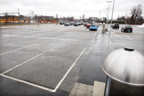 FÅR TIVOLI: Parkeringsplassen på gamle Urædd stadion, ligger ved Behakvartalet og jernbanestasjonen i Porsgrunn