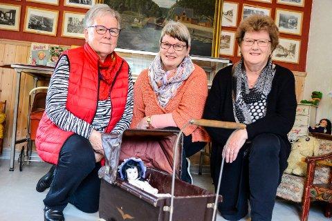 Barnevogn: Barnevogna fra begynnelsen av 1900-tallet er i forbausende god stand. Fra venstre: Anne-Lise Krafft, Liv Marie S. Pettersen og Eva Bordi fra Skotfoss historielag. (Foto: Fredrik Strøm)
