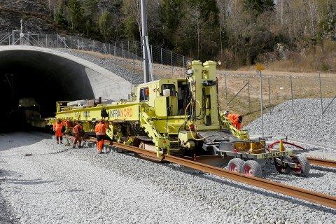 Sporbyggertoget i aktivitet ved Herregårdsbekken i Porsgrunn. Første delen kjører på hjul og belter, mens den bakre delen kjøre på sporet som toget selv bygger.