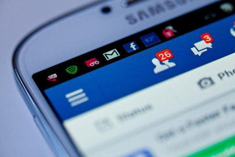 Facebook og andre med mindre gode hensikter kan få tak i mange opplysninger fra deg hvis du er slumsete med hva du deler. Foto: iStock
