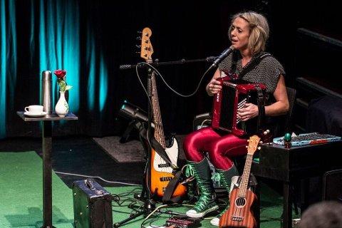 LEKENT: Turid Jørgensen Honerud, kjent fra Katzenjammer, akkompagnerer klovnen Max Normal i forestillingen «Jacky».