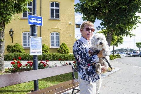 – Dyrt: Torunn Fosse Skjevdal (76) og hunden Engla (7) måtte betale 800 kroner tur/retur Risør-Kragerø. Foto: Juni Wendelin Fasting