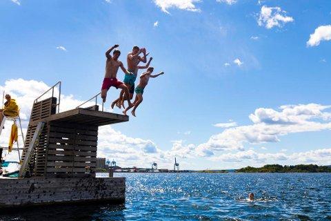 VARME PÅ VEI: Sol, skyer og bading på Sørenga i Oslo 5. juli. Nå lover meteorologene godvær igjen. Foto: Gorm Kallestad (NTB scanpix)