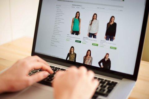 POPULÆRT: En kvinne ser her på tilbudene på nettportalen brands4friends. Å sitte foran en datamaskin og netthandle blir mer og mer populært.