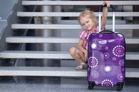 BAGASJEREGLER: Foreldre lar småbarn trille egne kofferter ombord i flyet for å slippe å betale for bagasje, sier Ryanairs finansdirektør. Foto: Colourbox