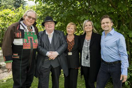 HØY UTMERKELSE: Fra venstre: Hallvard T. Bjørgum, Knut Buen, Kirsten Bråten Berg, Annbjørg Lien og Hallgrim Hansegård.