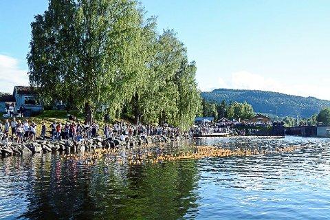 FOLKSAMT: Andeløpet ved slusa i Lunde samlar mykje folk. Her frå fjoråret.