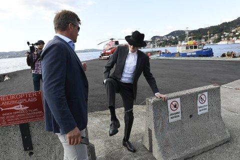 Her ankommer den eksentriske kunsteren Sandviken Brygge i helikopter.