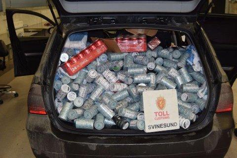 Litt for mye: Mannen hevdet han ikke ante hva som var i bagasjerommet da han ble stanset med hele 107.000 sigaretter fredag kveld. Foto: Tollvesenet