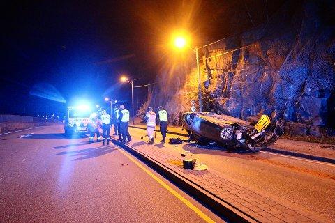 FORLATT: Bilen lå igjen i veibanen med store skader.