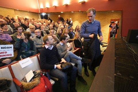 MØTTE MOTSTANDERNE: Carl Hartmann tok utfordringen om å se alle demonstrantene som ikke fikk plass i Brevik kulturhus før møtestart. (FOTO: PER-ÅGE ERIKSEN)